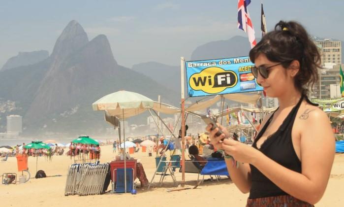 Banhista usa rede wi-fi liberada por barraqueiro em Ipanema - Divulgação Bruno Barreto
